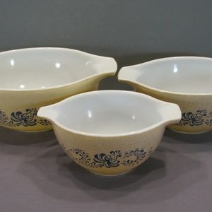 Pyrex Set of 3 Nesting Homestead Bowls Mixing